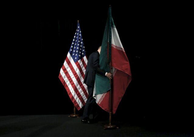 Flagi USA i Iranu w Wiedniu
