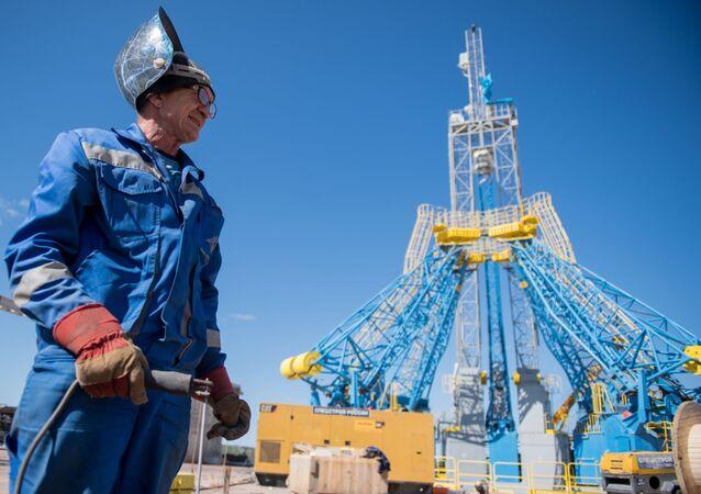 Pracownik na placu budowym kosmodromu Wostocznyj