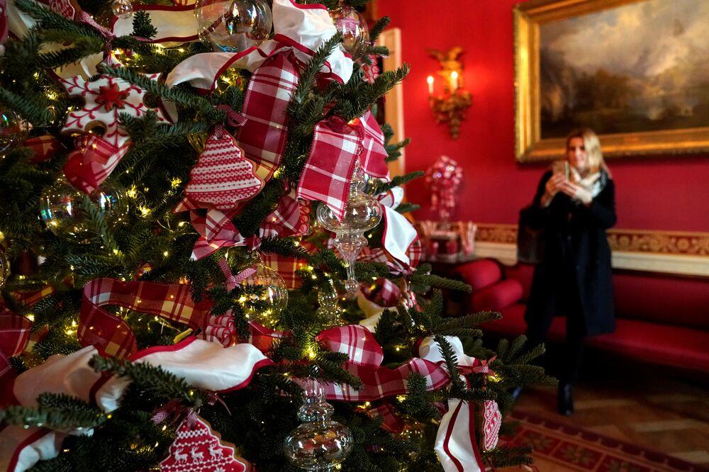 Dekoracje świąteczne w Czerwonym Pokoju Białego Domu
