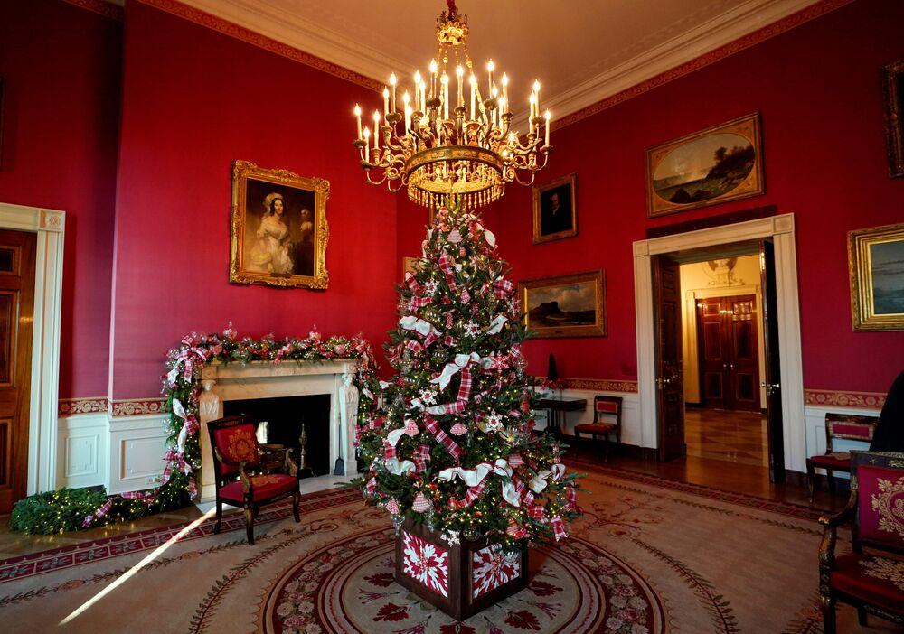 Czerwony Pokój Białego Domu w świątecznych dekoracjach
