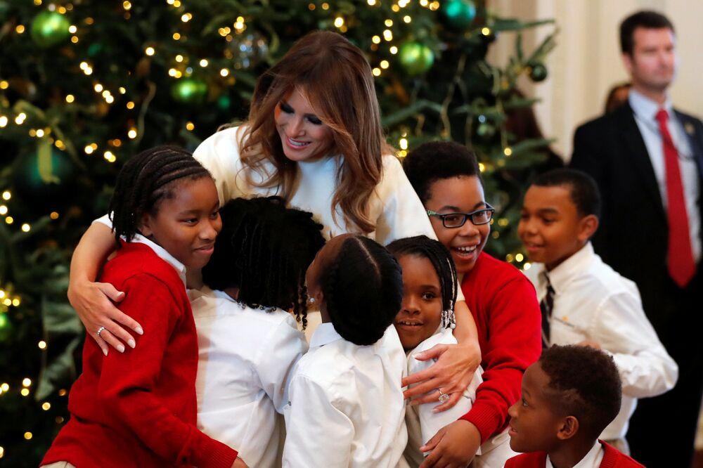 Melania Trump z dziećmi podczas pokazu świątecznych dekoracji w Białym Domu