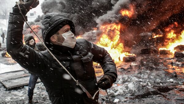 Uczestnik akcji na rzecz eurointegracji Ukrainy na ulicy Gruszewskiego w Kijowie - Sputnik Polska