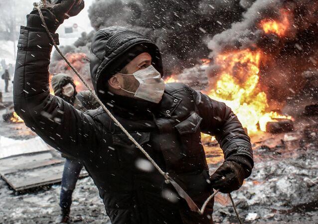 Uczestnik akcji na rzecz eurointegracji Ukrainy na ulicy Gruszewskiego w Kijowie