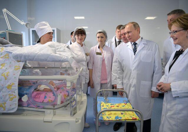 Władimir Putin na oddziale położniczym