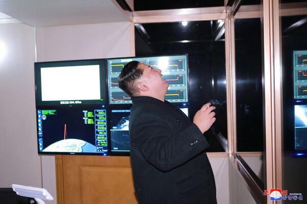 Kim Dzong Un podczas wystrzału międzykontynentalnej rakiety balistycznej Hwasong-15 - Sputnik Polska