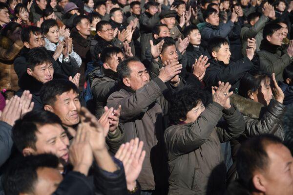 Radość mieszkańców Pjongjangu po pomyślnym wystrzale międzykontynentalnej rakiety balistycznej Hwasong-15 - Sputnik Polska