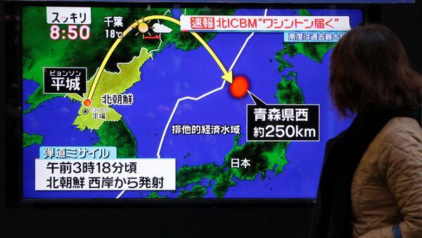 Wiadomość o wystrzale wystrzału międzykontynentalnej rakiety balistycznej Hwasong-15 w Tokio - Sputnik Polska