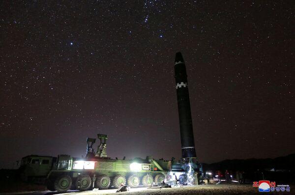 Przygotowania do wystrzału międzykontynentalnej rakiety balistycznej Hwasong-15 - Sputnik Polska