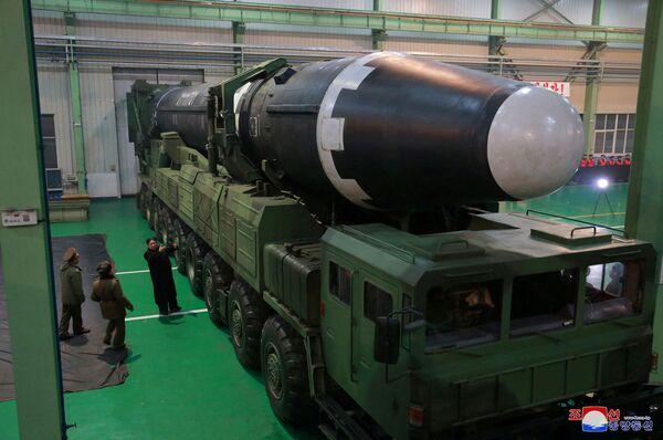 Kim Dzong Un ogląda międzykontynentalną rakietę balistyczną Hwasong-15 przed wystrzałem - Sputnik Polska