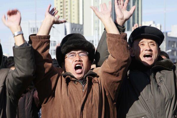 Radość mieszkańców Pjongjangu z testów międzykontynentalnej rakiety balistycznej Hwasong-15 - Sputnik Polska