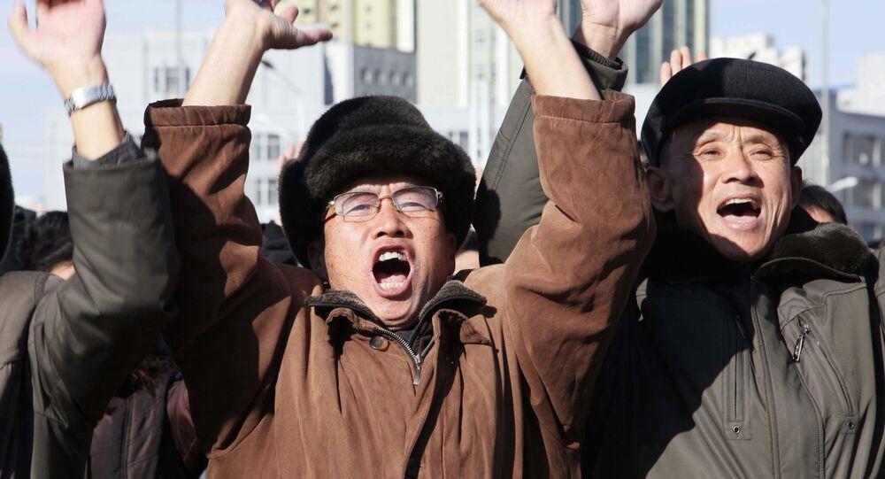 Radość mieszkańców Pjongjangu z testów międzykontynentalnej rakiety balistycznej Hwasong-15