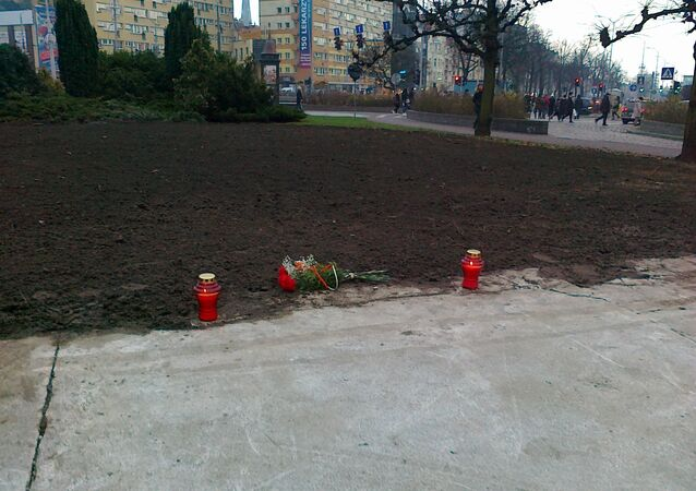 Szczecin: Kwiaty i znicze na miejscu usuniętego Pomnika Wdzięczności dla Armii Radzieckiej