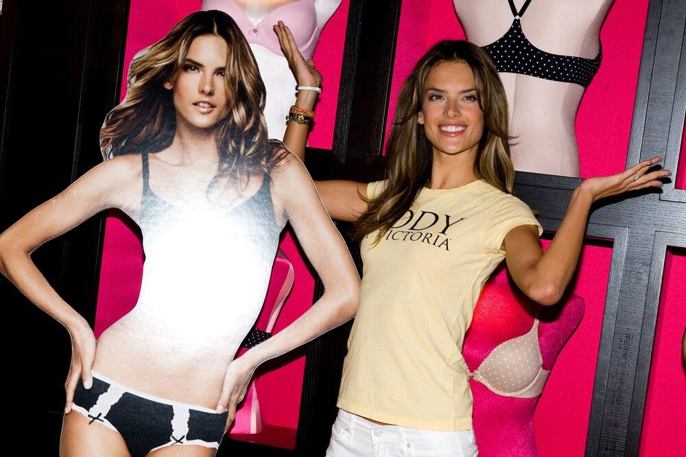 Modelka Alessandra Ambrosio obok swojego plakatu  w Nowym Jorku, 2010 rok