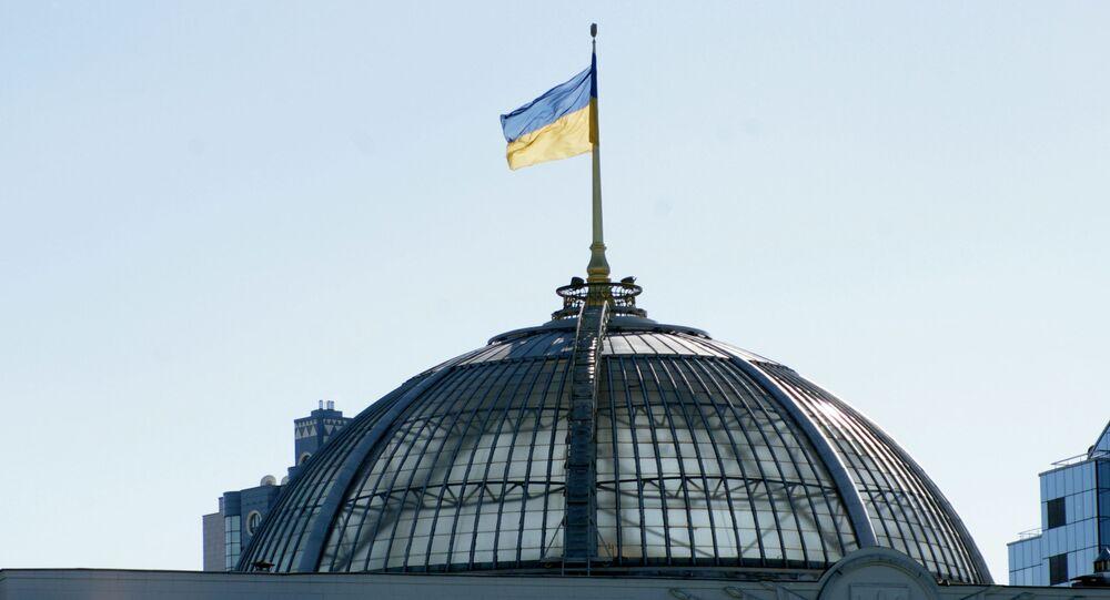 Flaga na dachu Rady Najwyższej w Kijowie