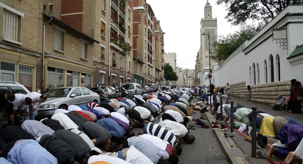 Modlitwa muzułmanów przed meczetem w Paryżu