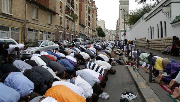 Modlitwa muzułmanów przed meczetem w Paryżu - Sputnik Polska