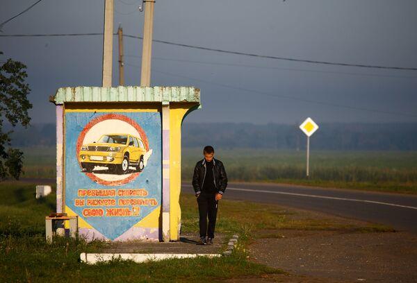 Chłopiec na przystanku autobusowym we wsi Chrapkowo. - Sputnik Polska