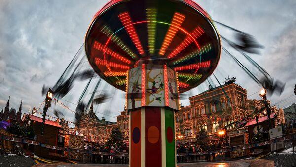 Karuzela na Bożonarodzeniowym jarmarku na Placu Czerwonym - Sputnik Polska