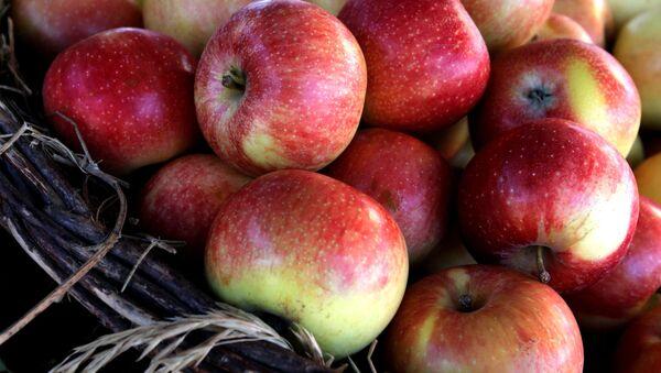 Jabłka na targu rolniczym na centralnym placu Władywostoku - Sputnik Polska