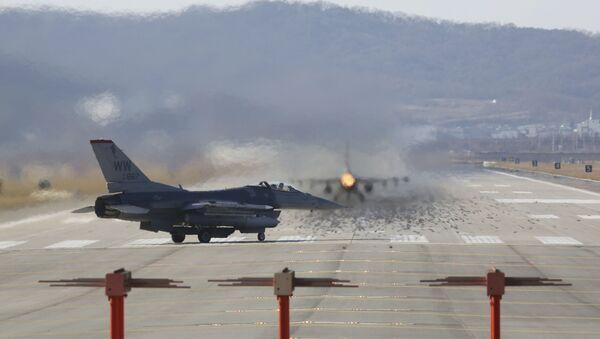 Myśliwiec F-16 Sił Powietrznych USA w bazie lotniczej Osan w Korei Południowej - Sputnik Polska