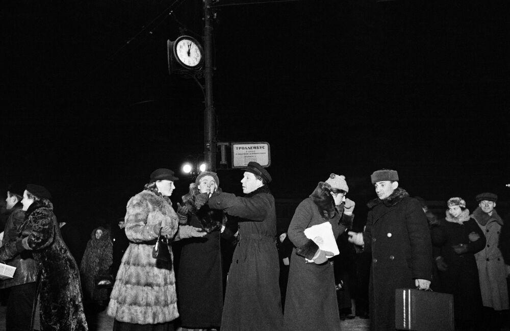 Mieszkańcy Moskwy przygotowują się do powitania Nowego Roku, 1939 rok