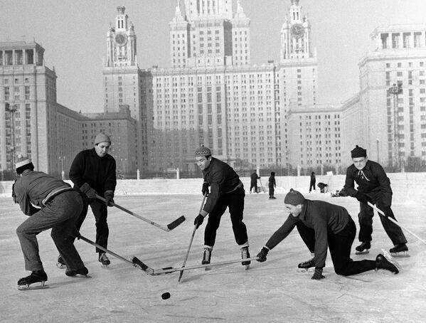 Studenci Moskiewskiego Uniwersytetu Państwowego grają w hokej, 1959 rok - Sputnik Polska