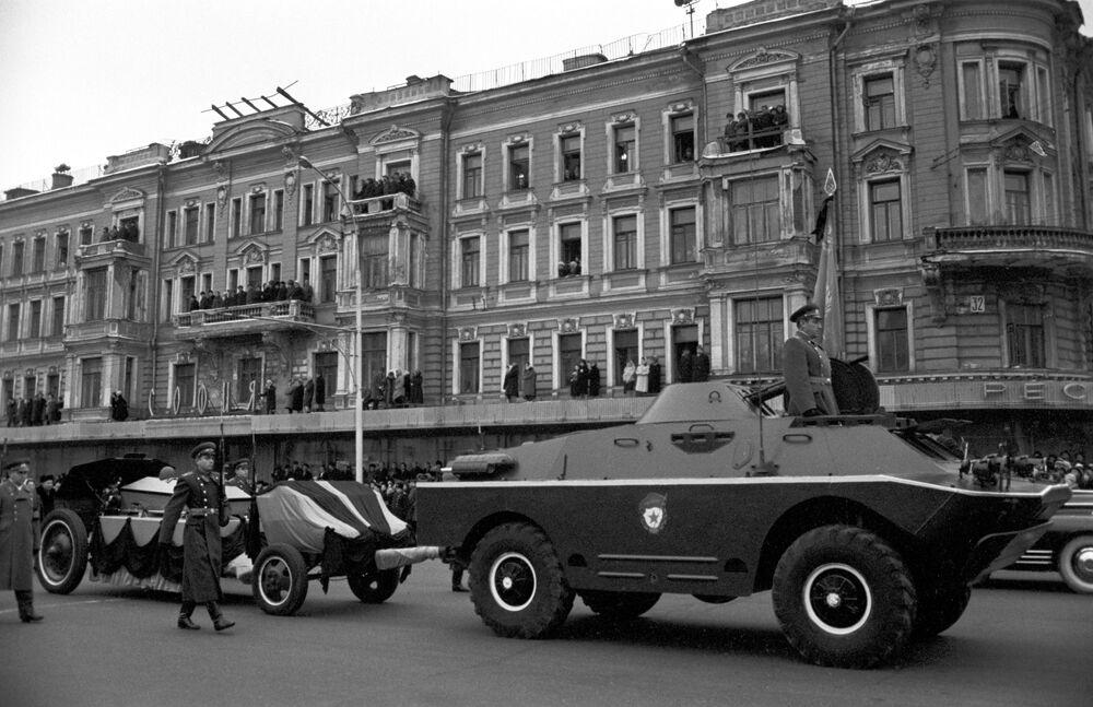 Kondukt pogrzebowy Nieznanego Żołnierza na placu Majakowskiego, 1966 rok