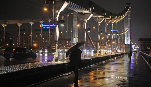 Spacer w deszczową pogodę po Krymskim Moście, 2011 rok - Sputnik Polska
