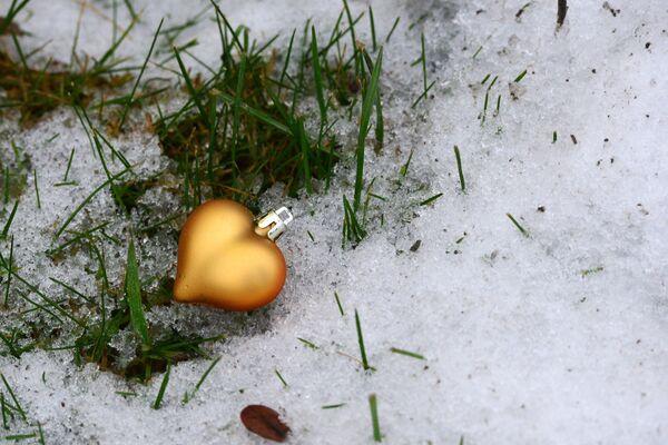 Ozdoba choinkowa na śniegu, 2015 rok - Sputnik Polska