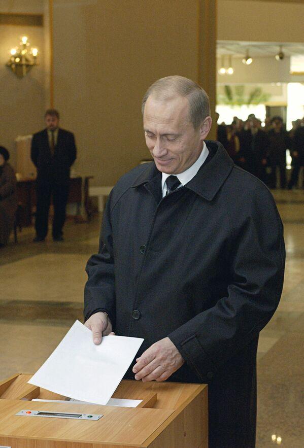 Prezydent Władimir Putin podczas głosowania w dzień wyborów prezydenta Federacji Rosyjskiej, 2004 rok - Sputnik Polska