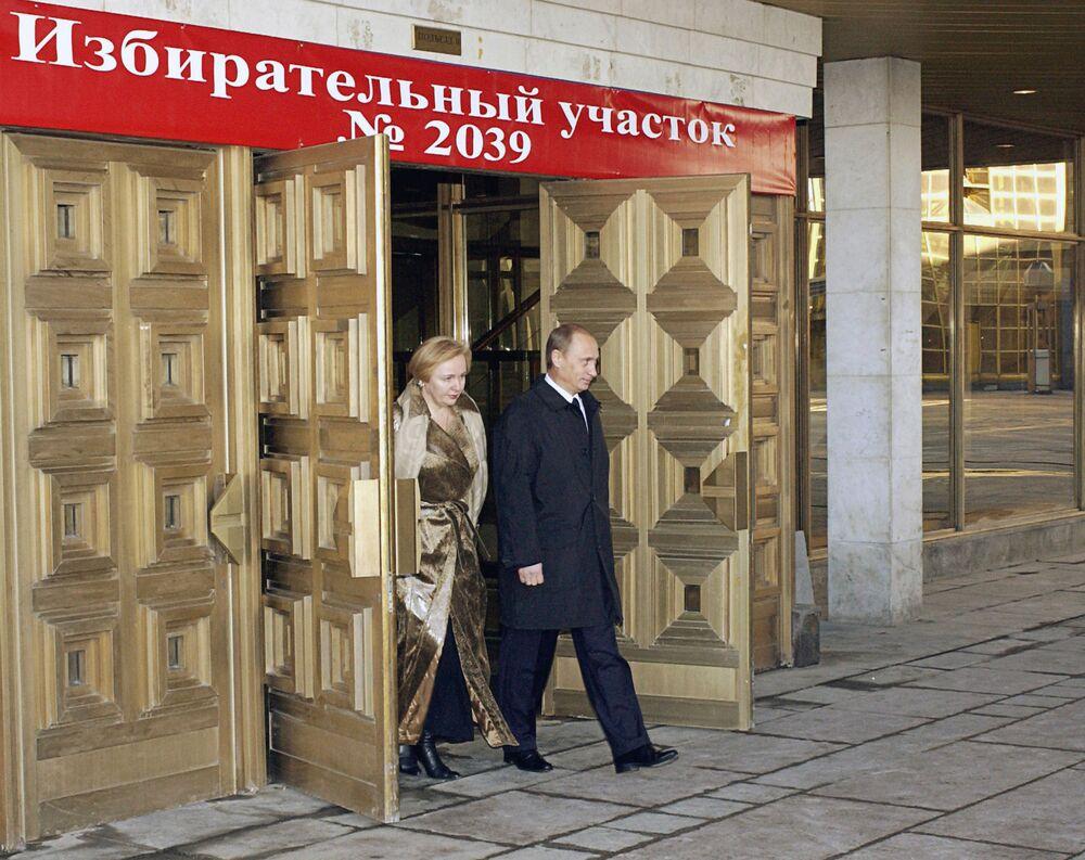 Władimir Putin z żoną Ludmiłą po głosowaniu na wyborach prezydenta Federacji Rosyjskiej, 2004 rok