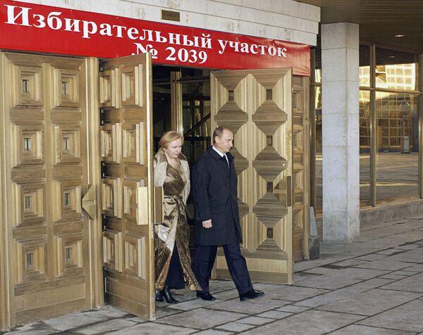 Władimir Putin z żoną Ludmiłą po głosowaniu na wyborach prezydenta Federacji Rosyjskiej, 2004 rok - Sputnik Polska