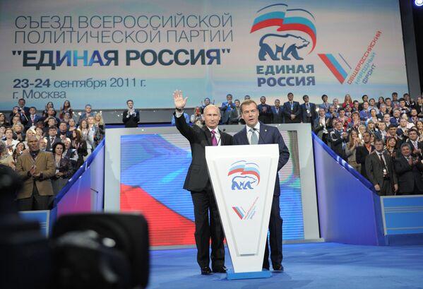 Władimir Putin i prezydent Dmitrij Miedwiediew na XII zjeździe partii Jedinaja Rossija w 2011 roku - Sputnik Polska