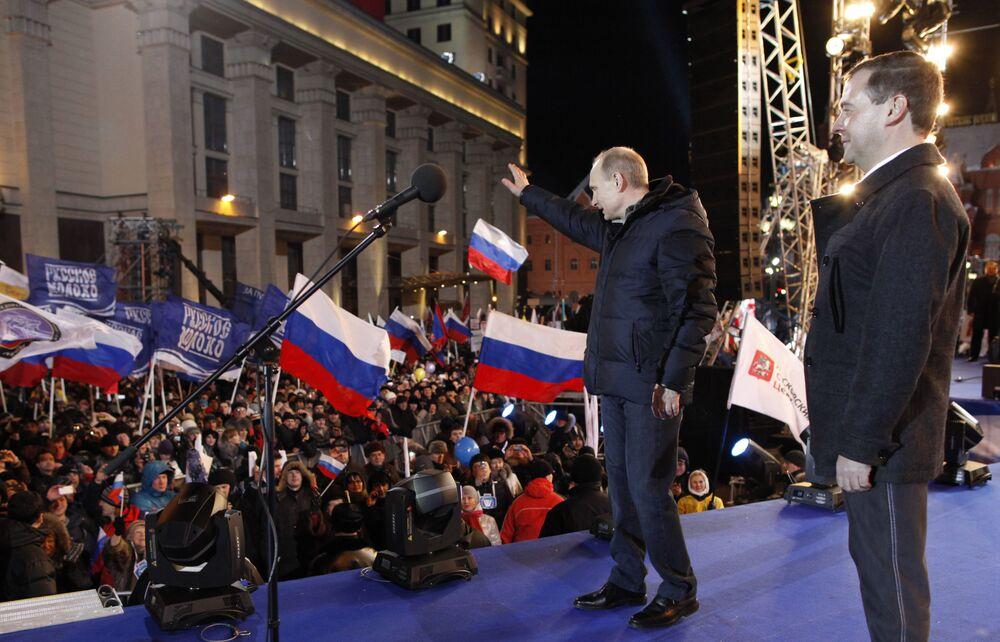 Kandydat na prezydenta Władimir Putin i prezydent Rosji Dmitrij Miedwiediew uczestniczą w wiecu na Placu Maneżowym w Moskwie, 2012 rok