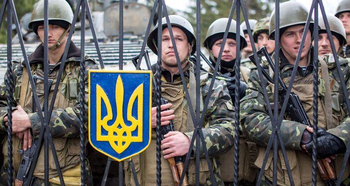 Ukraińścy wojskowi na terytorium bazy wojskowej we wsi Perewalnoje niedaleko Symferopolu