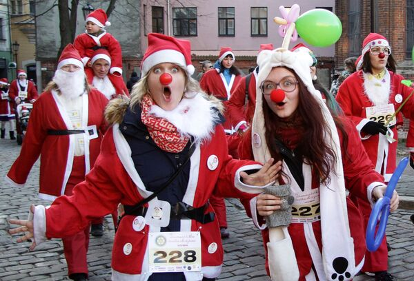 Uczestnicy wyścigu Świętych Mikołajów w Rydze - Sputnik Polska