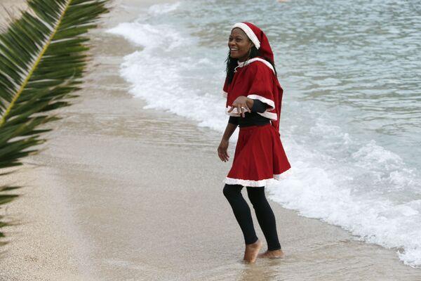 Dziewczyna w kostiumie Świętego Mikołaja w Monako - Sputnik Polska