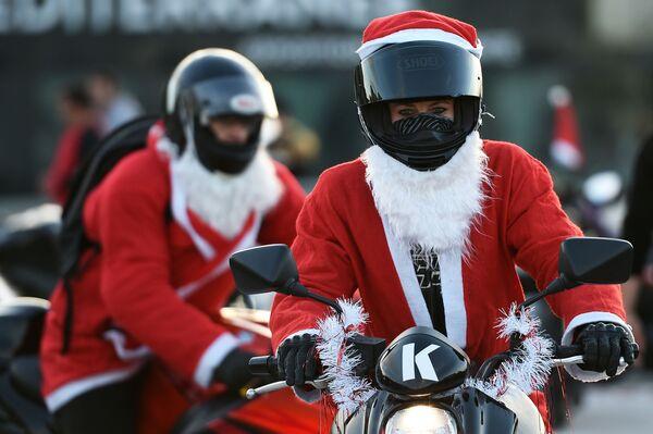 Motocykliści w kostiumach Świętego Mikołaja w Marsylii, Francja - Sputnik Polska