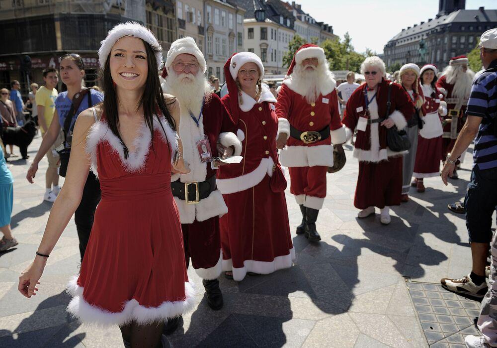 Kobiety i mężczyźni w kostiumach Świętego Mikołaja w Kopenhadze