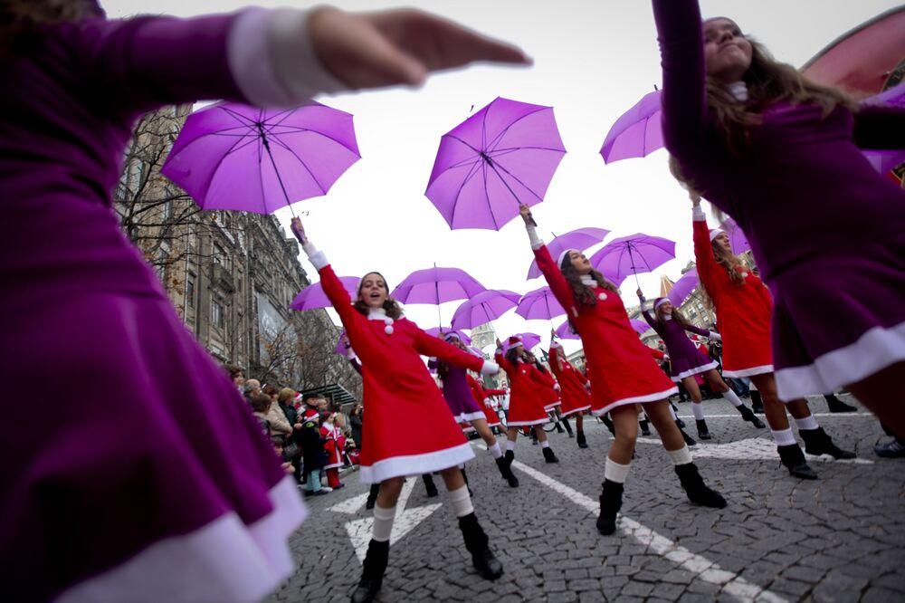 Dziewczyny w kostiumach Świętego Mikołaja podczas parady w portugalskim mieście Porto