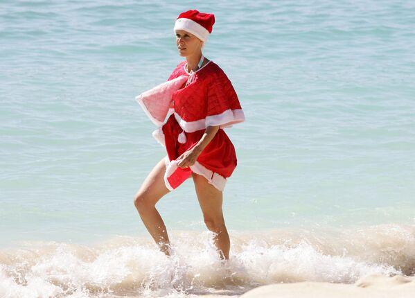 Kobieta w kostiumie Świętego Mikołaja na plaży w Gwadelupie, Francja - Sputnik Polska