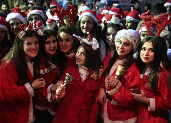 Syryjskie dziewczyny w kostiumach Świętego Mikołaja - Sputnik Polska