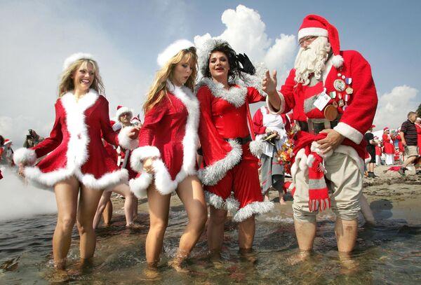 Święty Mikołaj z pomocniczkami na plaży Bellevue, 15 km od Kopenhagi - Sputnik Polska