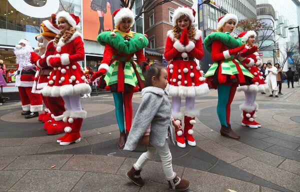 Dziewczyny w kostiumach Świętego Mikołaja w Seulu - Sputnik Polska