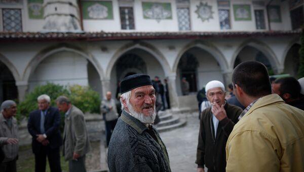 Tatarzy Krymscy przed meczetem w Bakczysaraju - Sputnik Polska