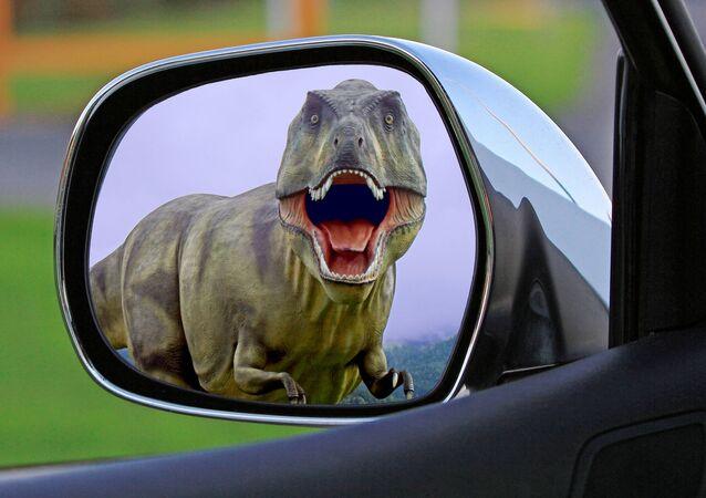 Tyranozaur w lusterku samochodowym