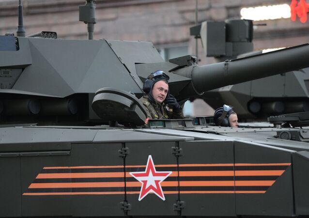 """Załoga czołgu T-14 na platformie gąsienicowej """"Armata"""" podczas próby defilady wojskowej w Moskwie"""