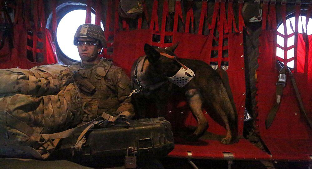 Amerykański żołnierz na pokładzie helikoptera nad Irakiem