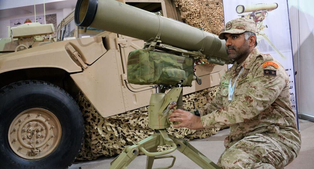 Żołnierz przy rosyjskim przenośnym przeciwpancernym systemie rakietowym Kornet-E