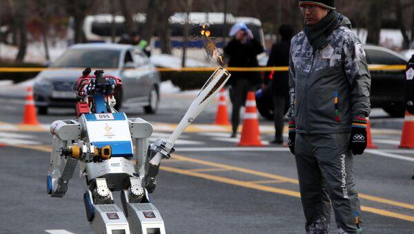 Robot HUBO w czasie udziału w sztafecie ze zniczem olimpijskiem - Sputnik Polska